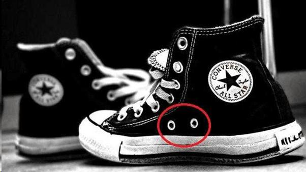 Dua lubang samping pada sepatu kat