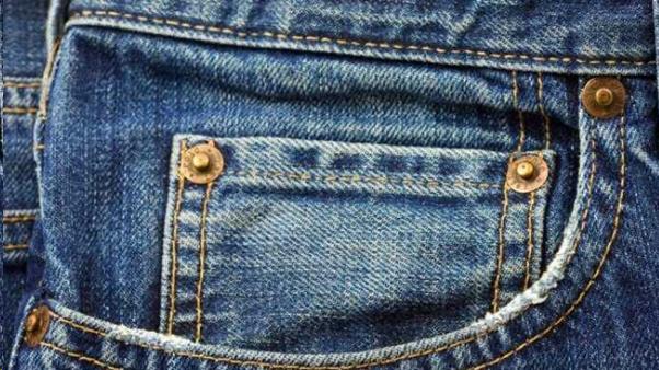 Kancing besi pada kantong celana jeans