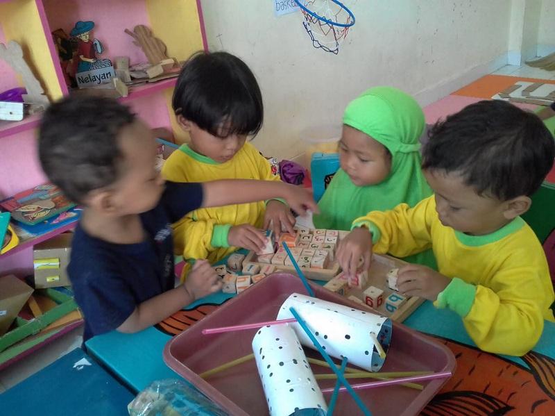 Anak anak lagi bermain sambil belajar