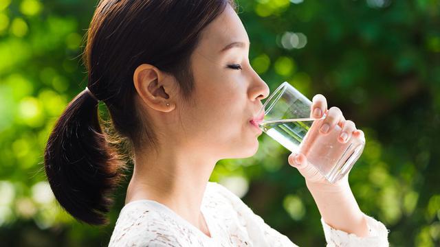 Rajin minum air putih dalam menjalankan program diet