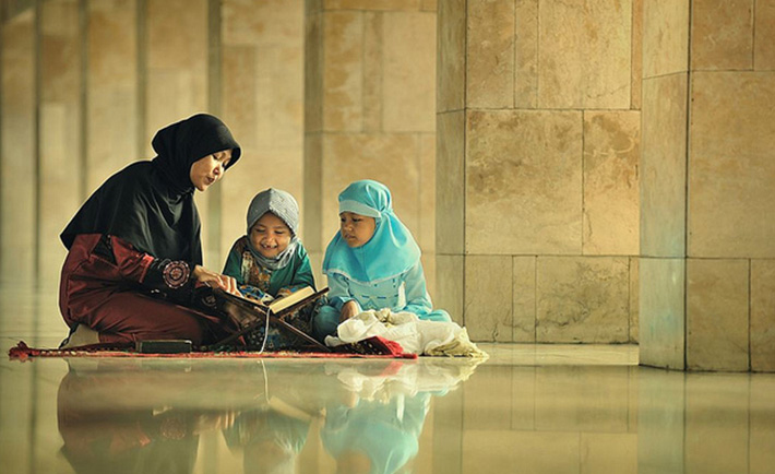 Mengajarkan pendidikan agama kepada anak