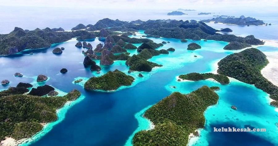 Terdiri atas banyak pulau