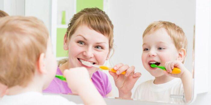 mengajarkan anak sikat gigi dengan baik dan benar